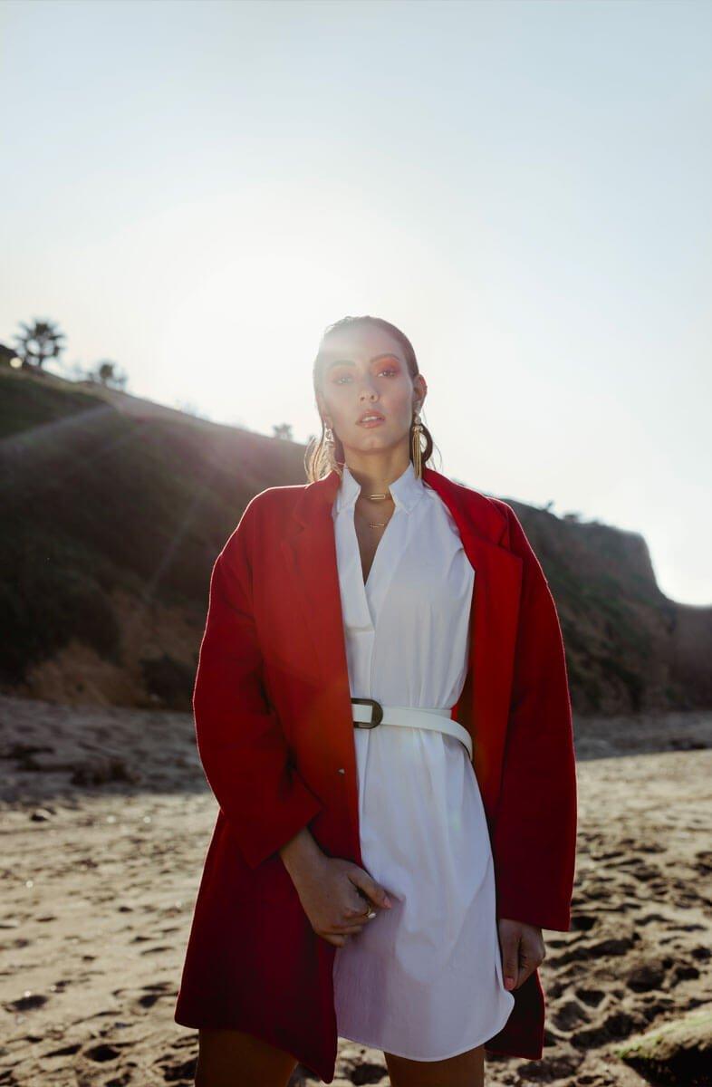 soumia veste rouge et soleil couchant