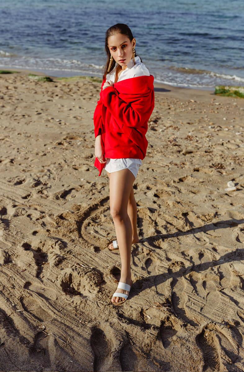 soumia veste rouge plage avec mer