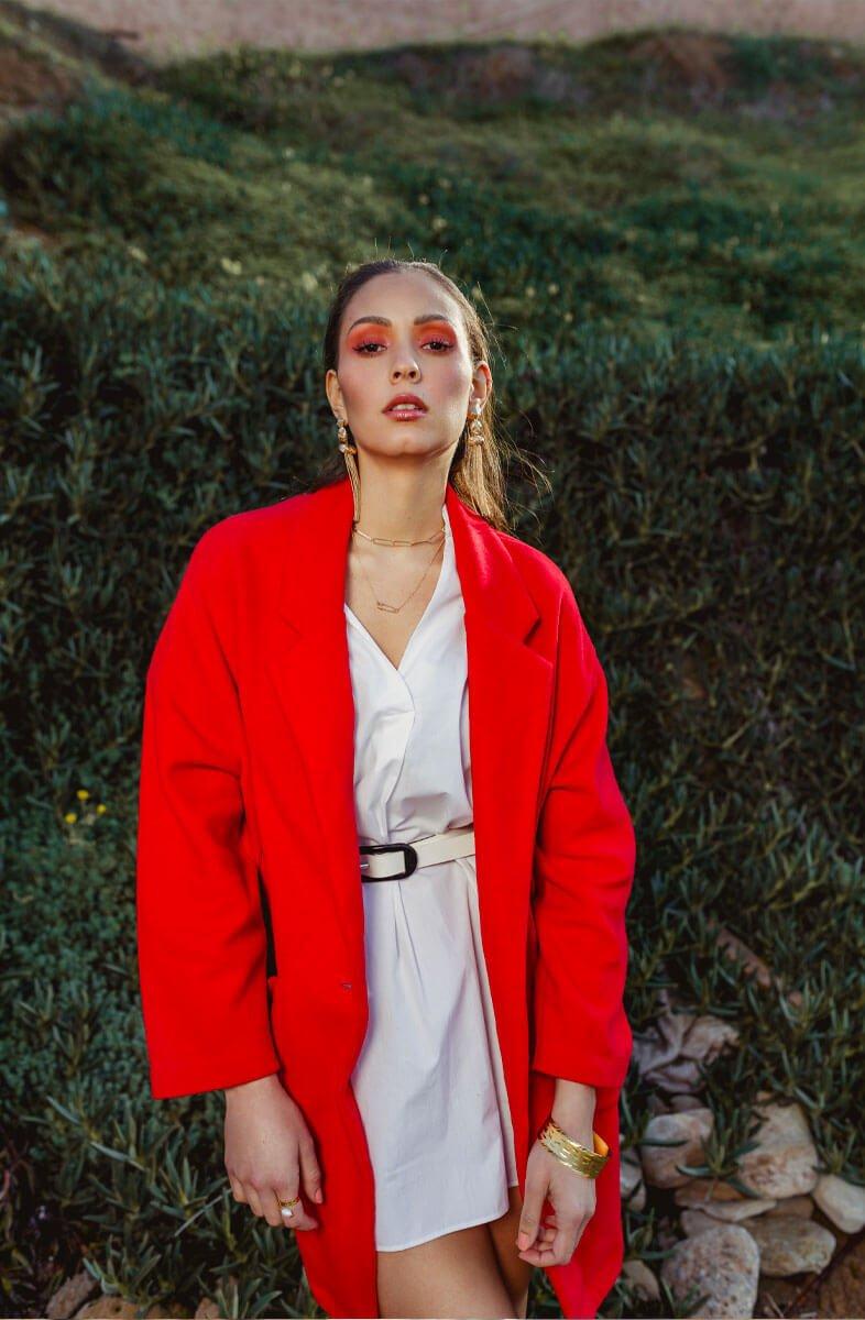 soumia veste rouge et herbe