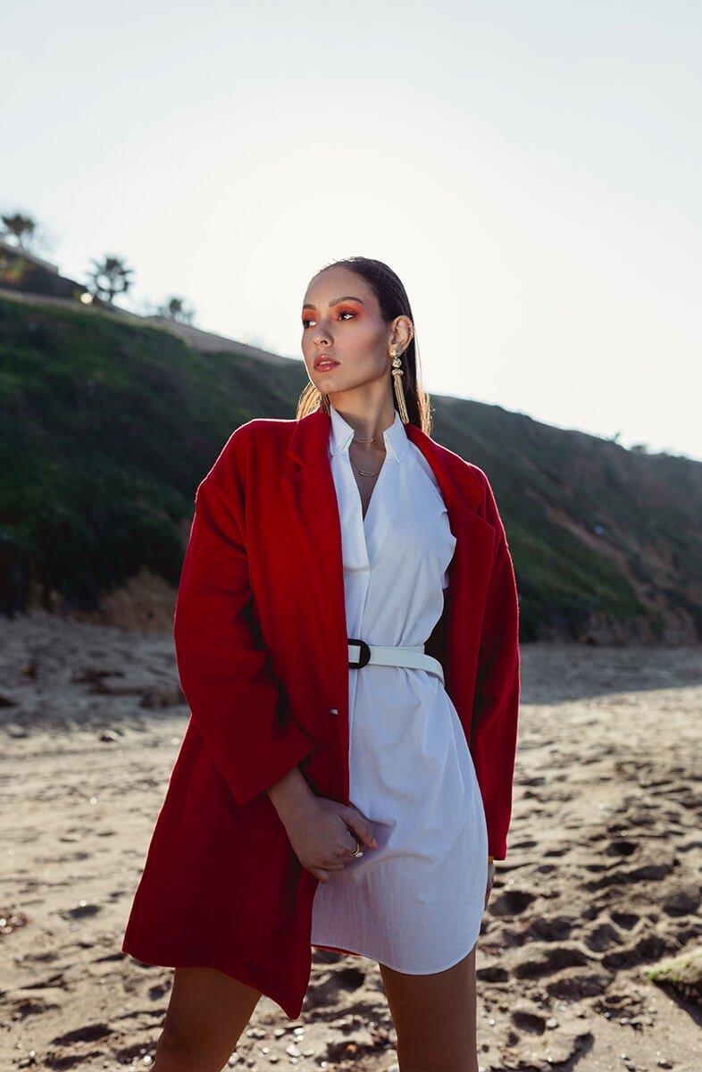 soumia plage avec manteau rouge